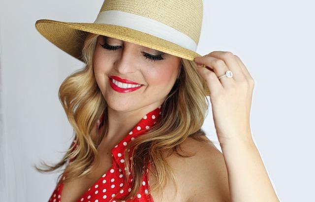 blondýna v klobouku.jpg