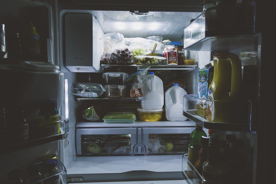 plná lednička věcí